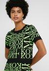 MICHAEL Michael Kors - PATTERN CREW - Camiseta estampada - black/neon yellow