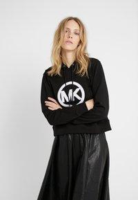 MICHAEL Michael Kors - LOGO HOODIE - Jersey con capucha - black - 0
