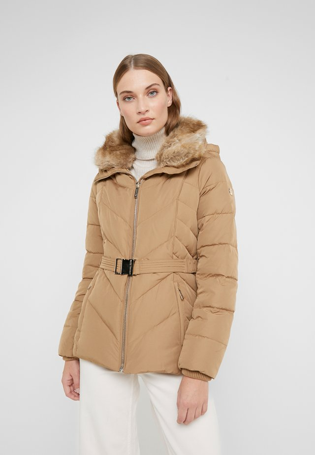FITTED PUFFER - Dunjakker - dark camel
