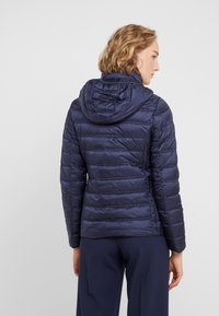 MICHAEL Michael Kors - SHORT PACKABLE PUFFER WITH HOOD - Chaqueta de plumas - dark navy - 2