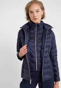 MICHAEL Michael Kors - SHORT PACKABLE PUFFER WITH HOOD - Chaqueta de plumas - dark navy - 4