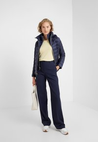 MICHAEL Michael Kors - SHORT PACKABLE PUFFER WITH HOOD - Chaqueta de plumas - dark navy - 1