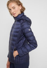 MICHAEL Michael Kors - SHORT PACKABLE PUFFER WITH HOOD - Chaqueta de plumas - dark navy - 6