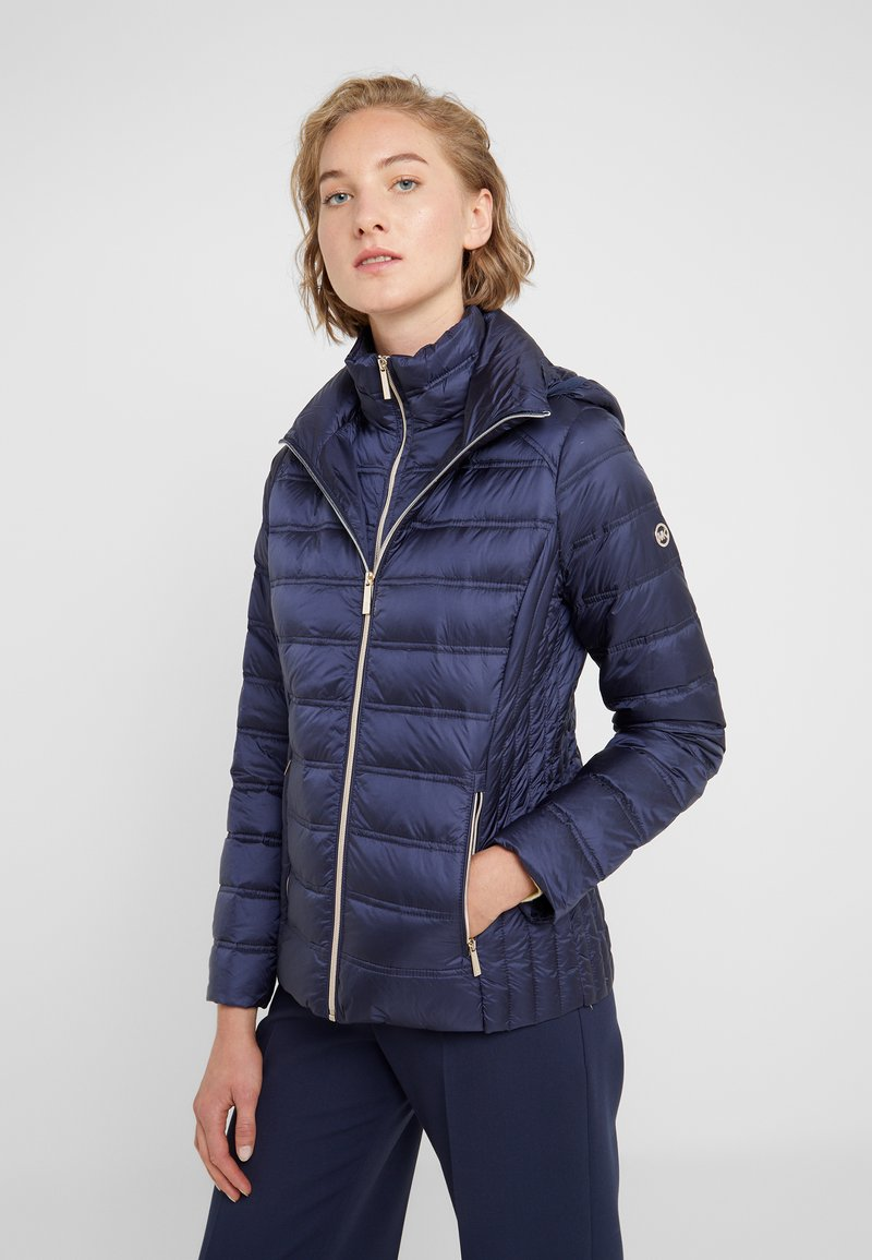 MICHAEL Michael Kors - SHORT PACKABLE PUFFER WITH HOOD - Chaqueta de plumas - dark navy