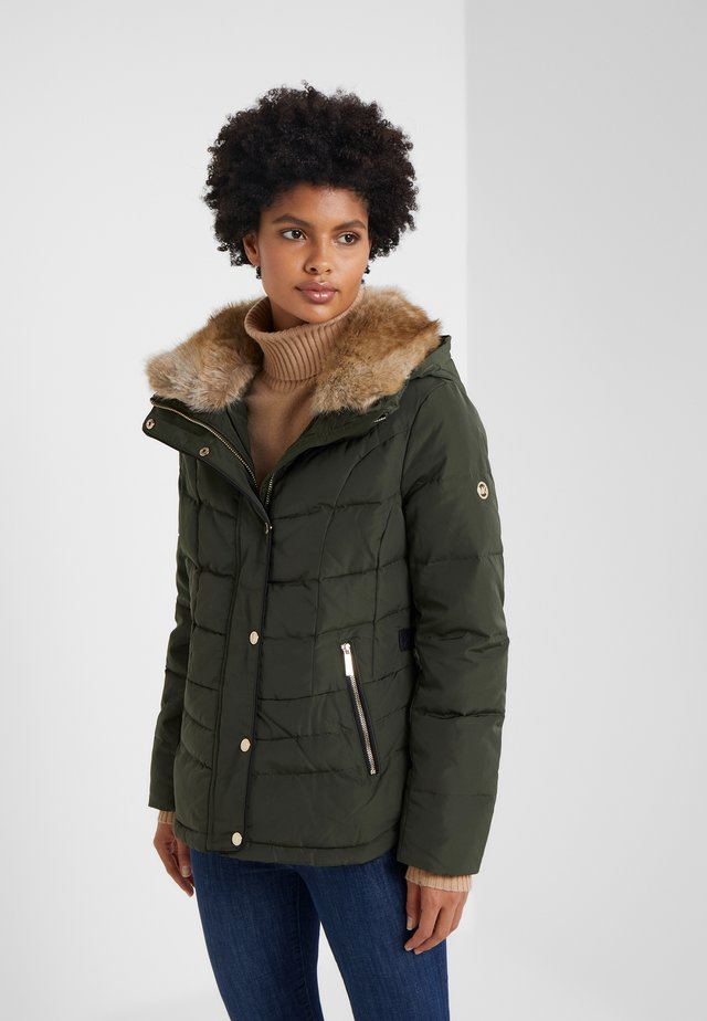 SHORT PUFFER - Down jacket - ivy