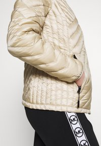 MICHAEL Michael Kors - FITTED PACKABLE PUFFER - Kurtka puchowa - dune - 4