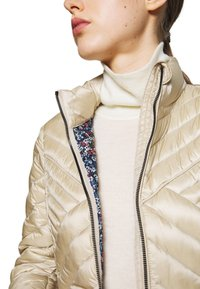 MICHAEL Michael Kors - FITTED PACKABLE PUFFER - Kurtka puchowa - dune - 7