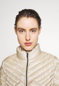 MICHAEL Michael Kors - FITTED PACKABLE PUFFER - Kurtka puchowa - dune - 3