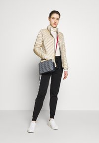 MICHAEL Michael Kors - FITTED PACKABLE PUFFER - Kurtka puchowa - dune - 1