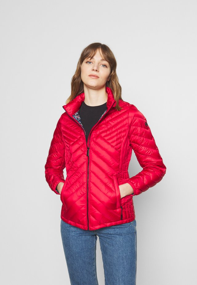 FITTED PACKABLE PUFFER - Chaqueta de plumas - red