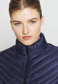 MICHAEL Michael Kors - FITTED PACKABLE PUFFER - Kurtka puchowa - true navy - 3