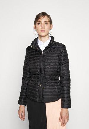 BELTED - Gewatteerde jas - black