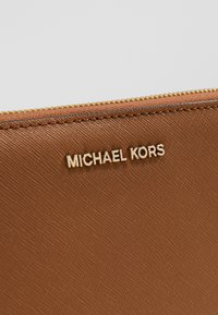 MICHAEL Michael Kors - JET SET TRAVEL FLAT CASE - Wallet - acorn - 2