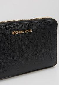 MICHAEL Michael Kors - JET SET TRAVEL FLAT CASE - Portafoglio - black - 2