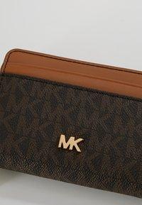 MICHAEL Michael Kors - MONEY PIECES COIN CARD CASE - Wallet - brown/acorn - 2