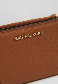 MICHAEL Michael Kors - JET SET SNAP BILLFOLD SMALL - Portemonnee - luggage - 2