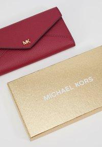 MICHAEL Michael Kors - MOTT SLIM TRIFOLD MERCER PEBBLE - Portemonnee - berry - 2