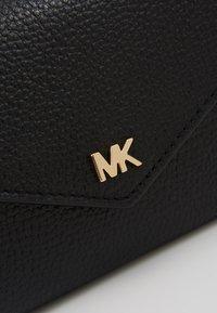 MICHAEL Michael Kors - MOTT SLIM TRIFOLD MERCER PEBBLE - Portemonnee - black - 2