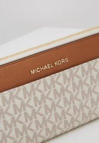 MICHAEL Michael Kors - POCKET  - Portemonnee - vanilla - 2