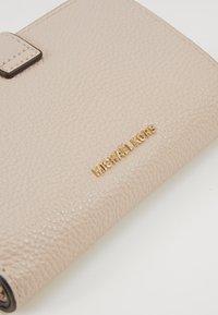 MICHAEL Michael Kors - CHARMMD TAB WALLET - Peněženka - soft pink - 2