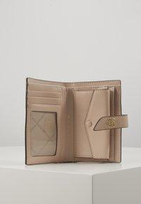 MICHAEL Michael Kors - CHARMMD TAB WALLET - Peněženka - soft pink - 4