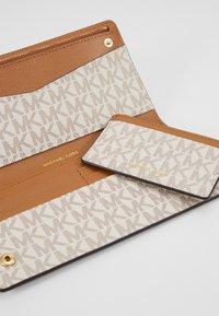 MICHAEL Michael Kors - CARD CARRYALL SET - Peněženka - vanilla - 2