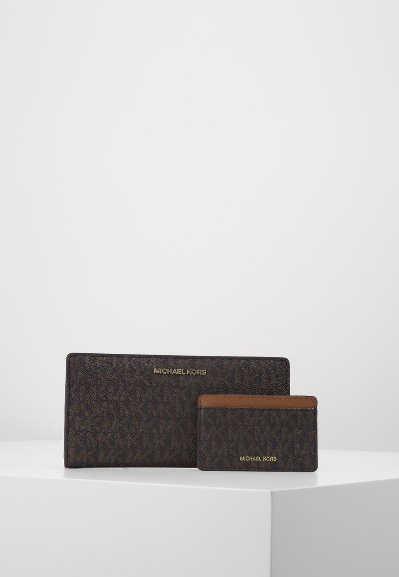 MICHAEL Michael Kors - CARD CARRYALL SET - Peněženka - brown