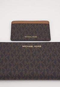 MICHAEL Michael Kors - CARD CARRYALL SET - Peněženka - brown - 2