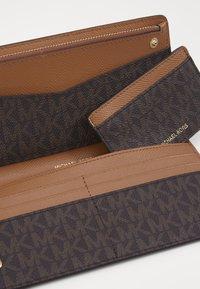 MICHAEL Michael Kors - CARD CARRYALL SET - Peněženka - brown - 5