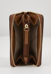 MICHAEL Michael Kors - MOTTZA COIN CARD CASE - Portafoglio - luggage - 4