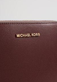 MICHAEL Michael Kors - JET SET TRAVEL CROSSBODY - Schoudertas - oxblood - 6
