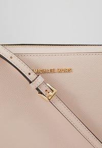 MICHAEL Michael Kors - JET SET TRAVEL CROSSBODY - Schoudertas - soft pink - 6