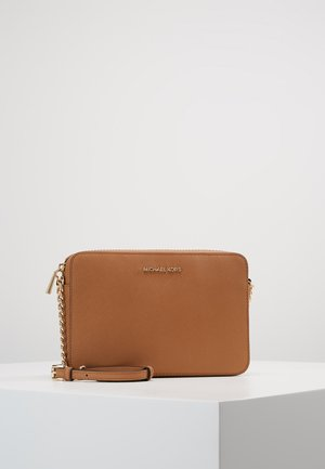 JET SET TRAVEL CROSSBODY - Bandolera - acorn