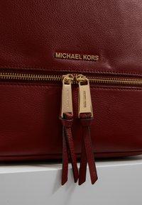 MICHAEL Michael Kors - RHEA ZIP BACKPACK SMALL - Reppu - brandy - 6
