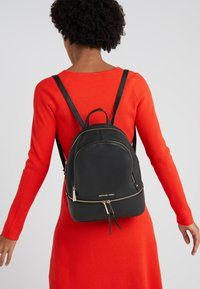MICHAEL Michael Kors - RHEA ZIP BACKPACK SMALL - Batoh - black - 1
