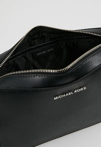 MICHAEL Michael Kors - JET SET TRAVEL  - Schoudertas - black - 4