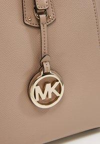 MICHAEL Michael Kors - VOYAGER TOTE - Kabelka - truffle - 6