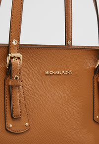 MICHAEL Michael Kors - VOYAGER  - Shopper - acorn - 7