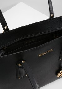 MICHAEL Michael Kors - VOYAGER  - Shoppingveske - black - 4