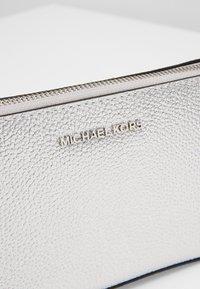 MICHAEL Michael Kors - Taška spříčným popruhem - silver - 7
