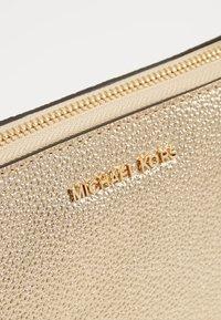 MICHAEL Michael Kors - Sac bandoulière - pale gold - 6