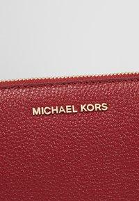 MICHAEL Michael Kors - Sac bandoulière - maroon - 7