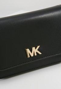 MICHAEL Michael Kors - MOTT BELT BAG - Ledvinka - black - 6