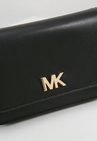 MICHAEL Michael Kors - MOTT BELT BAG - Saszetka nerka - black - 6