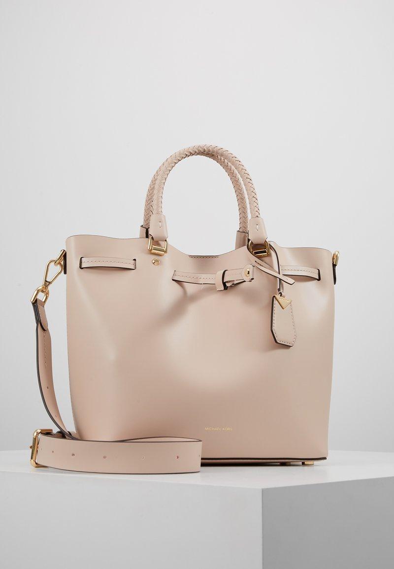 MICHAEL Michael Kors - BLAKELY BUCKET BAG - Håndveske - soft pink