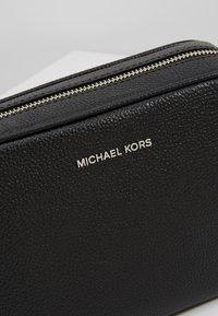 MICHAEL Michael Kors - JET CAMERA  SOFT MERCER - Torba na ramię - black - 7