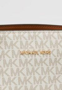 MICHAEL Michael Kors - VOYAGER SIGNATURE TOTE - Håndveske - vanilla - 6