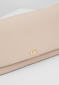 MICHAEL Michael Kors - PHONE CROSSBODY - Clutch - soft pink - 6