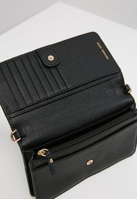 MICHAEL Michael Kors - PHONE CROSSBODY - Monedero - black - 4