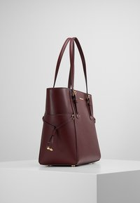 MICHAEL Michael Kors - VOYAGER TOTE - Bolso de mano - oxblood - 3